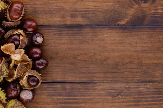 Ippocastano su un tavolo in legno marrone