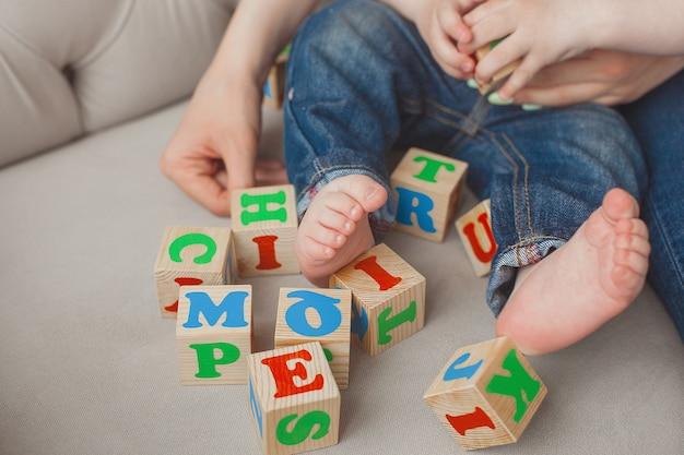 Irriconoscibile bambino plaing con cubi abc