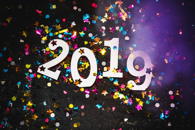 Iscrizione 2019 con brillanti lustrini sul tavolo