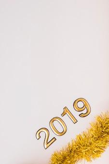 Iscrizione 2019 con tinsel sul tavolo