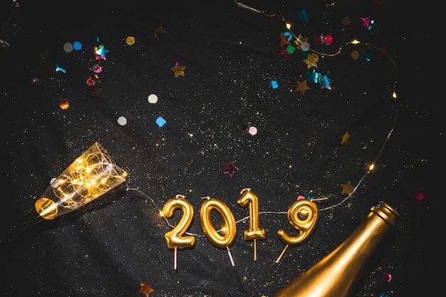 Iscrizione 2019 da candele sul tavolo nero