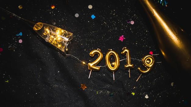 Iscrizione 2019 da candele sul tavolo