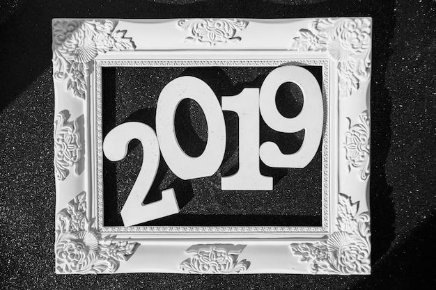 Iscrizione 2019 nel telaio sul tavolo nero