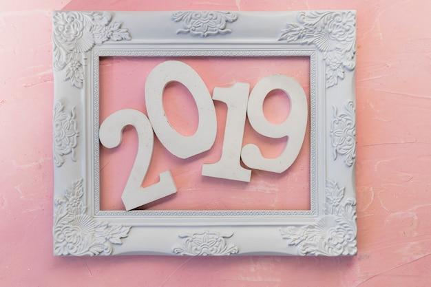 Iscrizione 2019 nel telaio sul tavolo