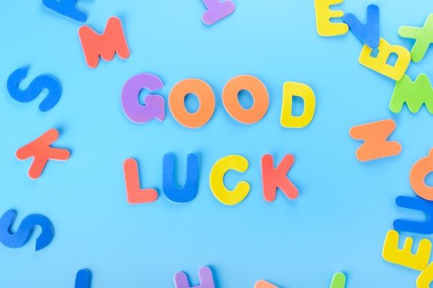 Iscrizione ben strutturata buona fortuna di lettere colorate.