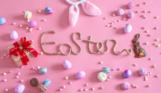 Iscrizione creativa di pasqua su uno sfondo rosa.