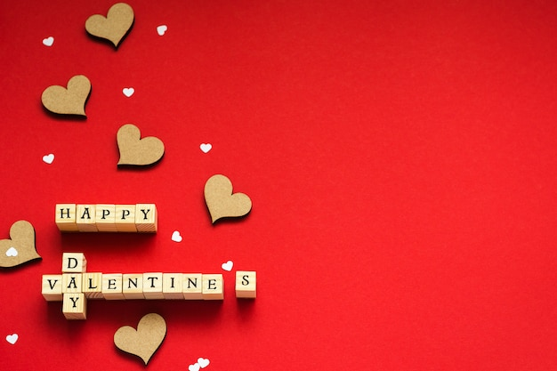 Iscrizione da cubi di legno con felice san valentino e cuori
