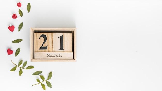 Iscrizione del 21 marzo con foglie verdi sul tavolo