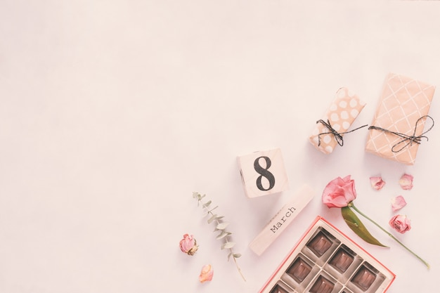 Iscrizione dell'8 marzo con fiori, regali e dolci al cioccolato