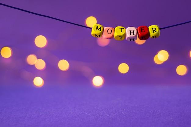 Iscrizione della festa della mamma dai cubi di legno