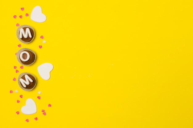 Iscrizione della mamma su dolci caramelle tra le decorazioni