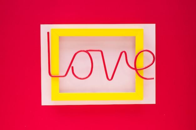 Iscrizione di amore brillante sulla cornice gialla