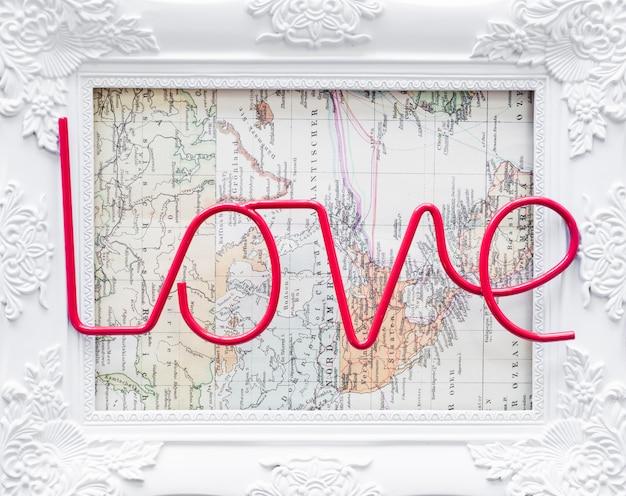 Iscrizione di amore con cornice sulla mappa del mondo