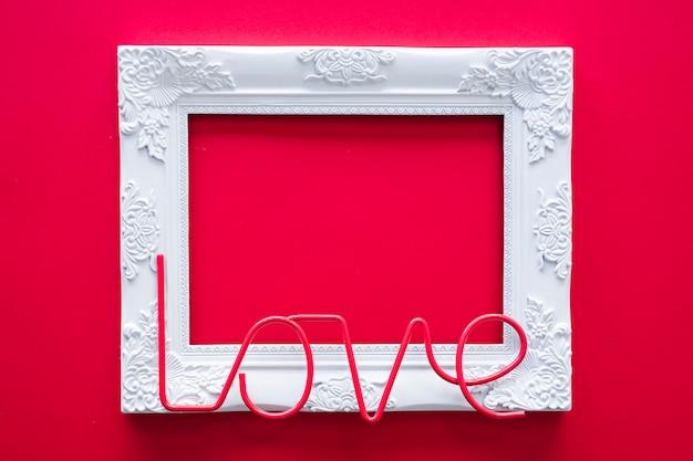 Iscrizione di amore con telaio sul tavolo