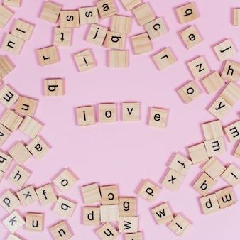 Iscrizione di amore su blocchi di legno