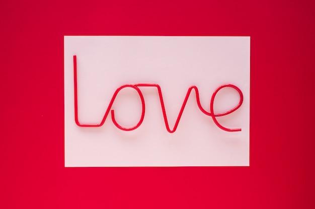 Iscrizione di amore su carta leggera sul tavolo