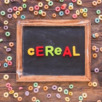 Iscrizione di cereali sulla lavagna sul tavolo
