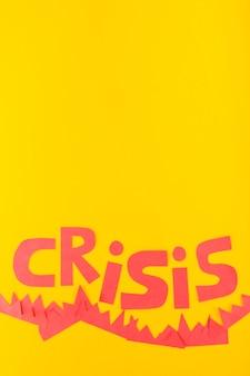 Iscrizione di crisi di carta su sfondo giallo