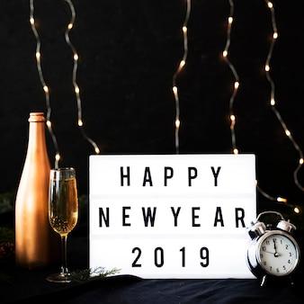 Iscrizione di felice anno nuovo 2019 a bordo con orologio