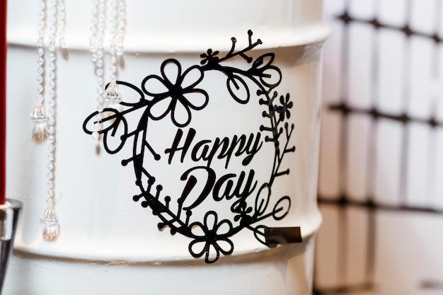 Iscrizione di giorno felice sulla decorazione della festa di compleanno