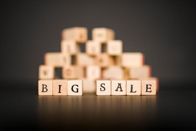 Iscrizione di grande vendita su blocchi di legno sul tavolo nero