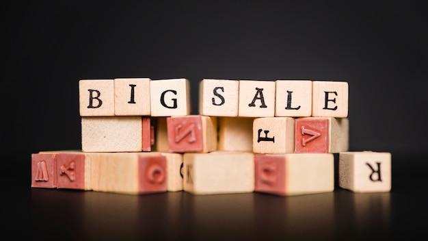 Iscrizione di grande vendita su blocchi di legno sul tavolo