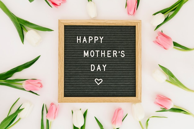 Iscrizione di happy mothers day a bordo con tulipani