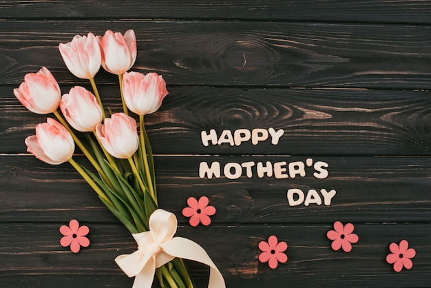 Iscrizione di happy mothers day con bouquet di tulipani