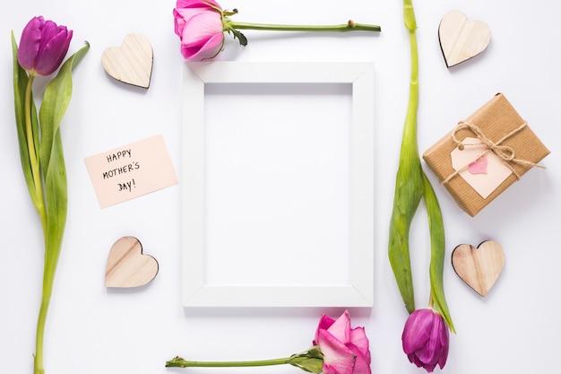 Iscrizione di happy mothers day con fiori e cornice