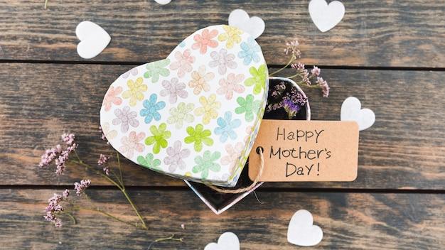 Iscrizione di happy mothers day con fiori in scatola