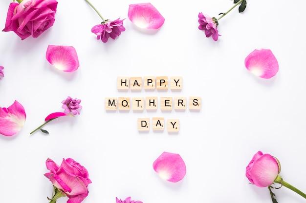 Iscrizione di happy mothers day con fiori rosa