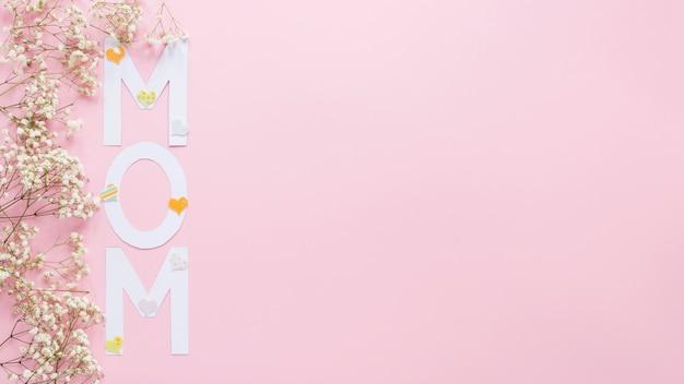 Iscrizione di mamma con rami di piccoli fiori