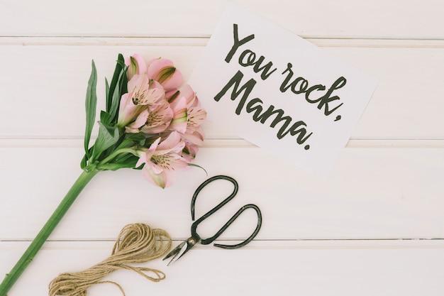 Iscrizione di mamma rock con fiori