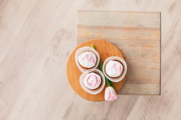 Iscrizione di mamma su cupcakes con tulipano