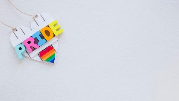 Iscrizione di orgoglio con cuore arcobaleno sul tavolo