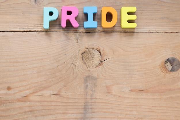 Iscrizione di orgoglio di piccole lettere sul tavolo