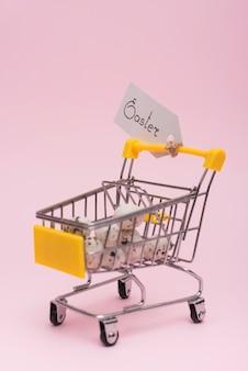 Iscrizione di pasqua con le uova nel carrello della spesa
