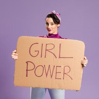 Iscrizione di potere della ragazza sul colpo medio della donna e del cartone