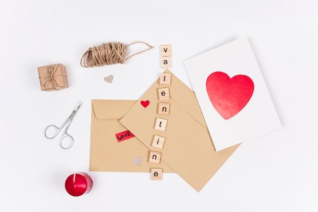 Iscrizione di san valentino con buste e biglietto di auguri
