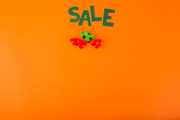 Iscrizione di vendita di carta su sfondo arancione