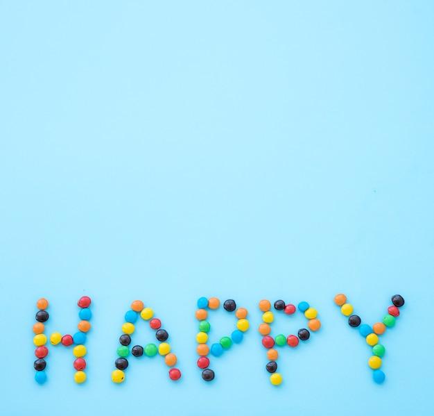 Iscrizione felice da caramelle sul tavolo