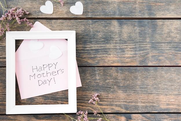 Iscrizione happy mothers day con cornice e fiori