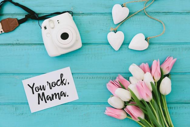 Iscrizione rock mamma con tulipani e macchina fotografica