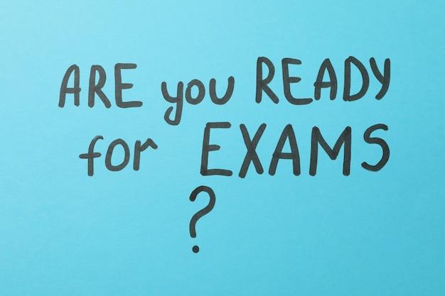 Iscrizione sei pronto per gli esami sulla superficie blu, vista dall'alto