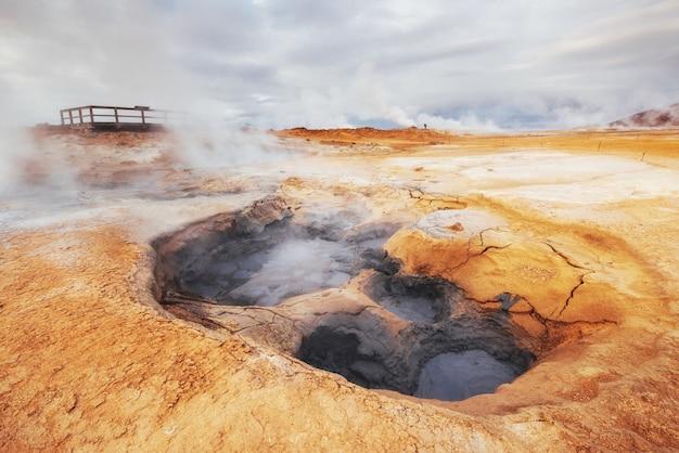 Islanda paese di vulcano, sorgenti termali, ghiaccio, cascate, tempo non parlato, fumi, ghiacciai, fiumi forti, bella natura selvaggia colorata, laguna, animali fantastici, aurora, lava