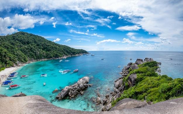 Isola della roccia di navigazione della baia di similan in mare andaman