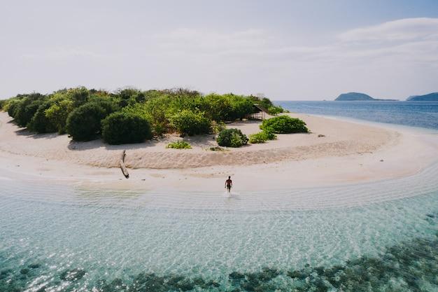 Isola delle pamalican nelle filippine, provincia di coron. ripresa aerea da drone di vacanze, viaggi e luoghi tropicali