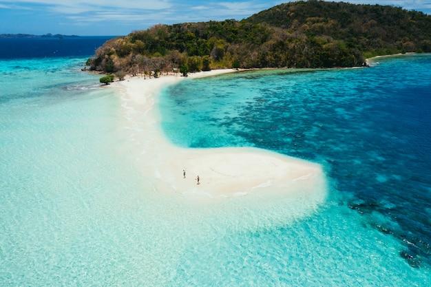 Isola di ditaytayan nelle filippine, provincia di coron. ripresa aerea da drone di vacanze, viaggi e luoghi tropicali