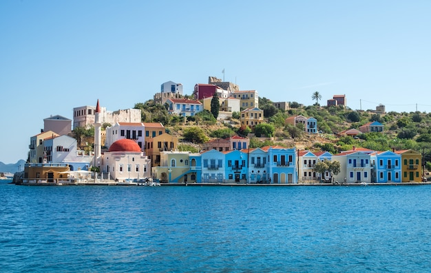 Isola di kastellorizo, dodecaneso, grecia. colorata architettura mediterranea in una giornata di sole limpido.