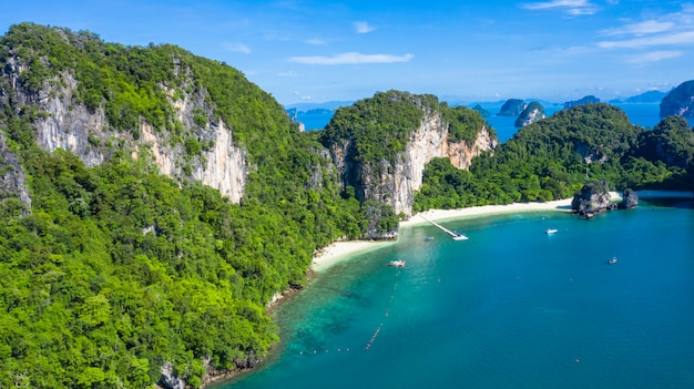 Isola di koh hong o ko hong nel mare delle andamane di krabi da sopra, bella isola e beache di krabi, tailandia.